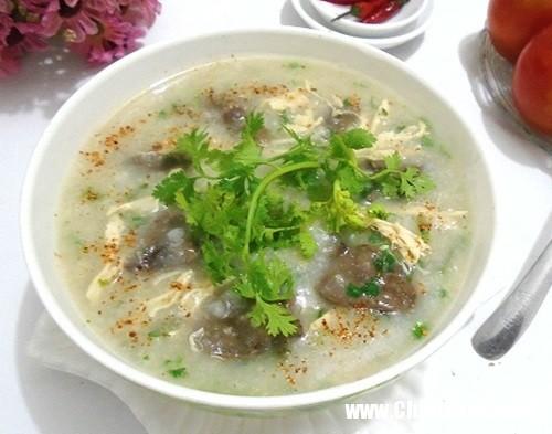 Món cháo mề gà thật ngọt, thơm, giòn vị mề gà và dai dai vị nấm.