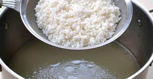 Cho gạo vào nước luộc gà nấu cháo