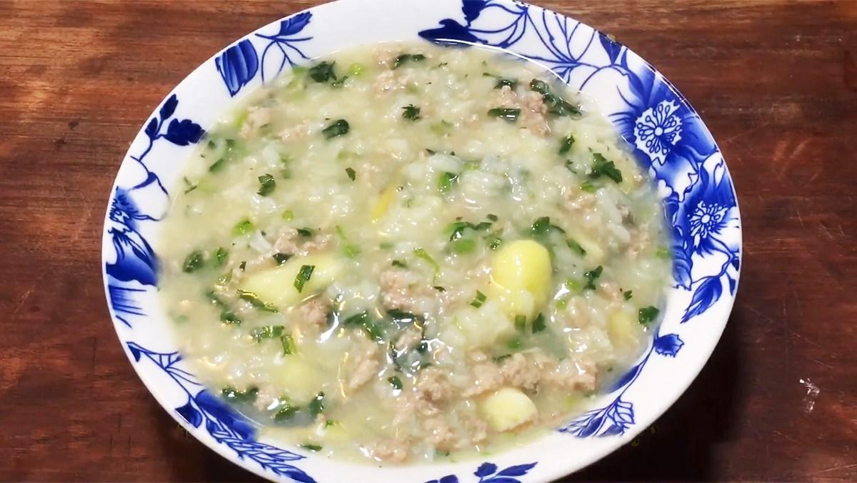 Món cháo thịt dê với khoai môn và rau cải cúc dinh dưỡng dễ làm