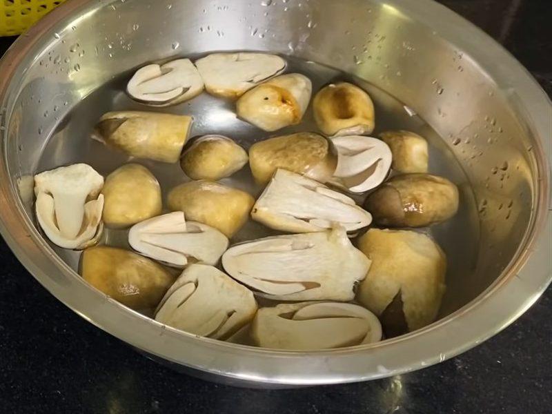 Ngâm nấm trong nước muối pha loãng