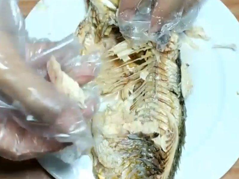 Cá luộc chín gỡ lấy phần thịt