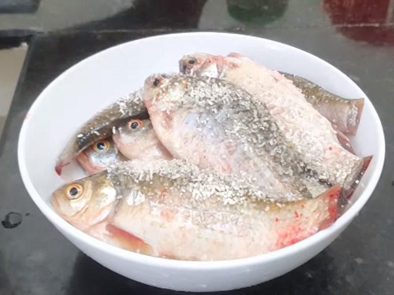 Cá diếc làm sạch rồi ướp cùng gia vị