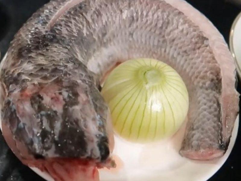 Cá lóc mua về rửa sạch để ráo