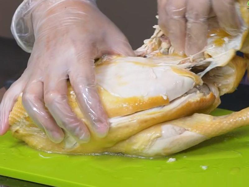 Xé thịt gà thành miếng vừa ăn