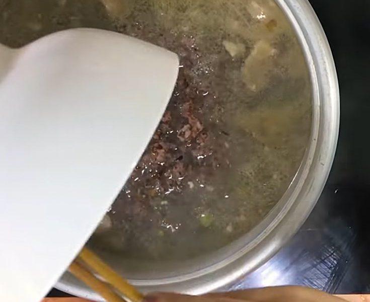 Cho cơm gạo lứt vào cùng thịt băm đã xào vào nồi cháo
