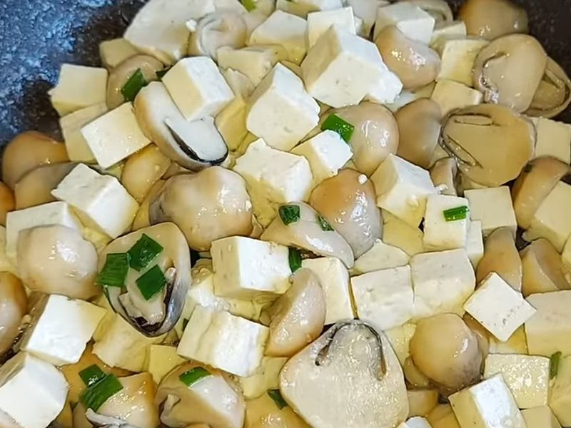 Xào nấm và đậu hủ