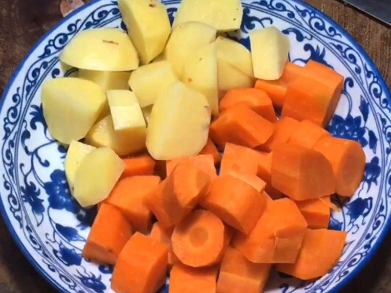 Khoai tây, cà rốt cắt miếng vừa ăn