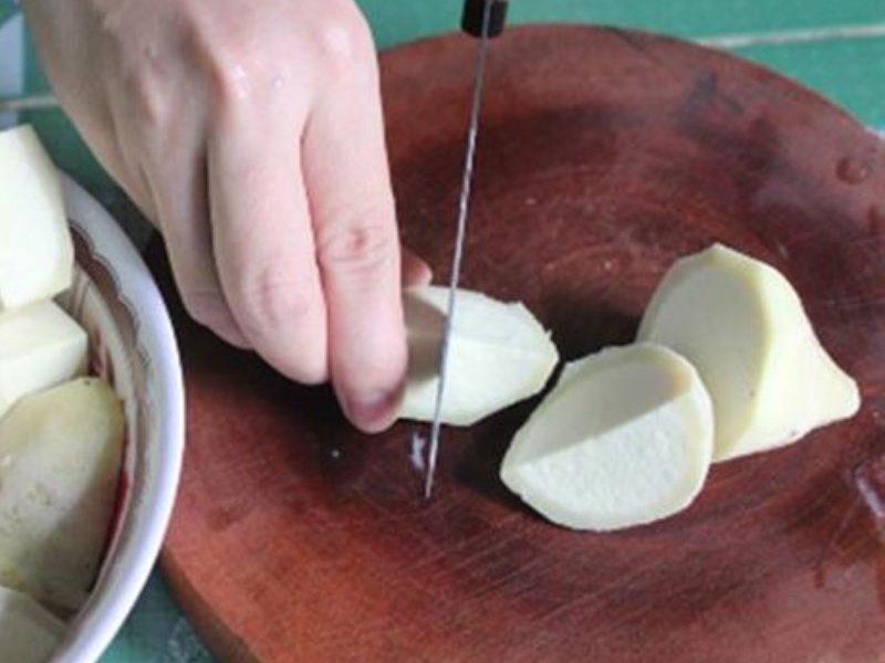Khoai sọ gọt vỏ cắt miếng vừa ăn