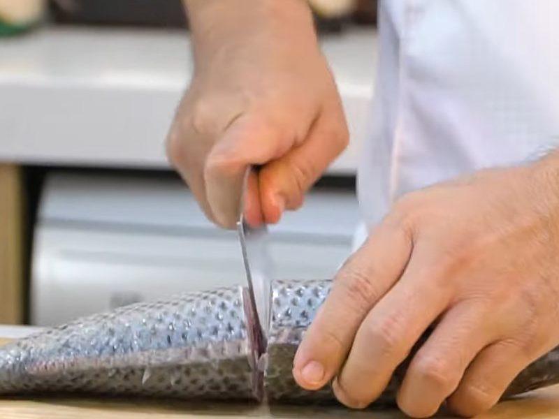 Cá làm sạch cắt đôi
