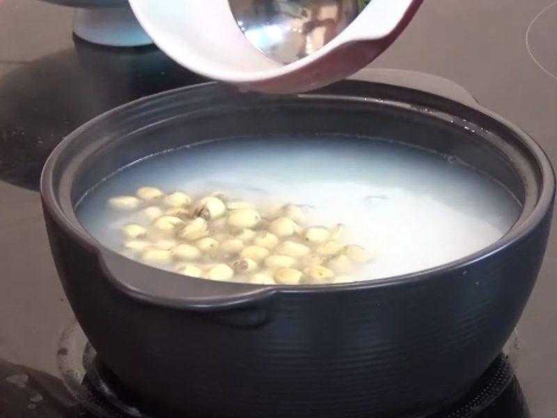 Nấu cháo hạt sen