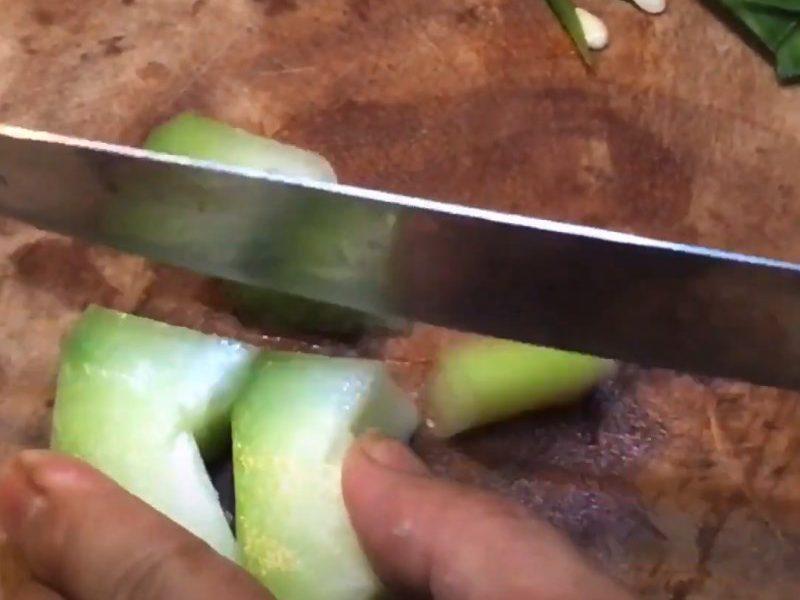 Bí đao cắt thành các miếng nhỏ vừa ăn