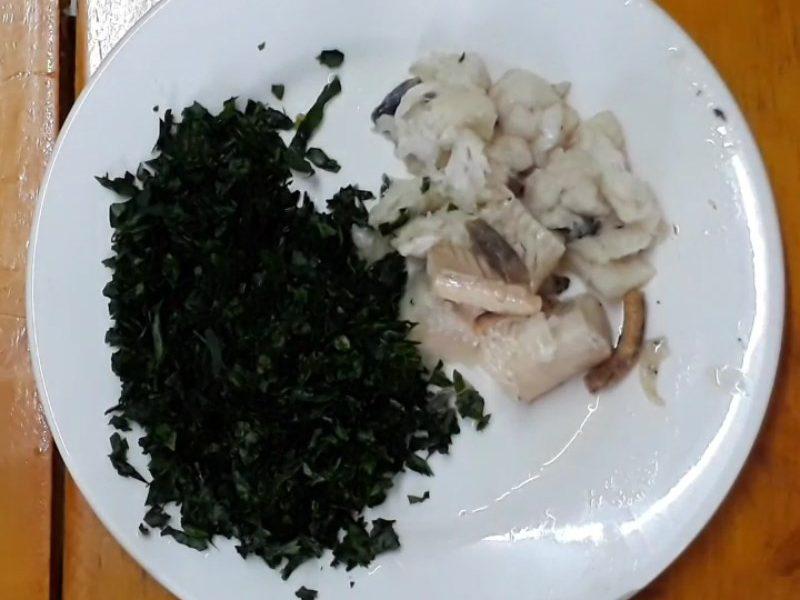 Cá chín tách lấy phần thịt cá