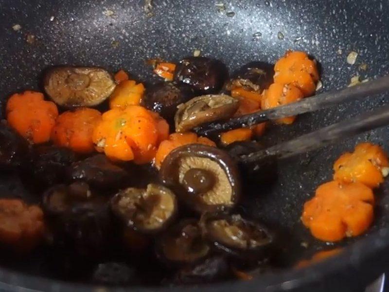 Xào nấm và cà rốt