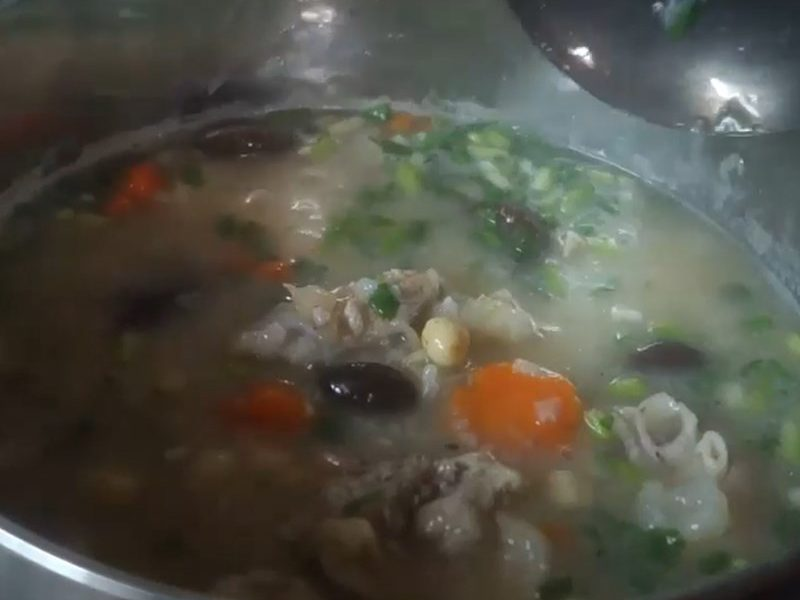 Cho các nguyên liệu rau củ vào cháo rồi nêm nếm lại vừa ăn