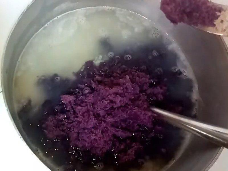 Cho khoai lang vào nấu chung với cháo
