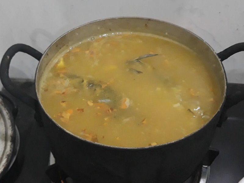 Cho phần cá rô phi kho vào nồi và nấu cho đến khi cháo sôi trở lại