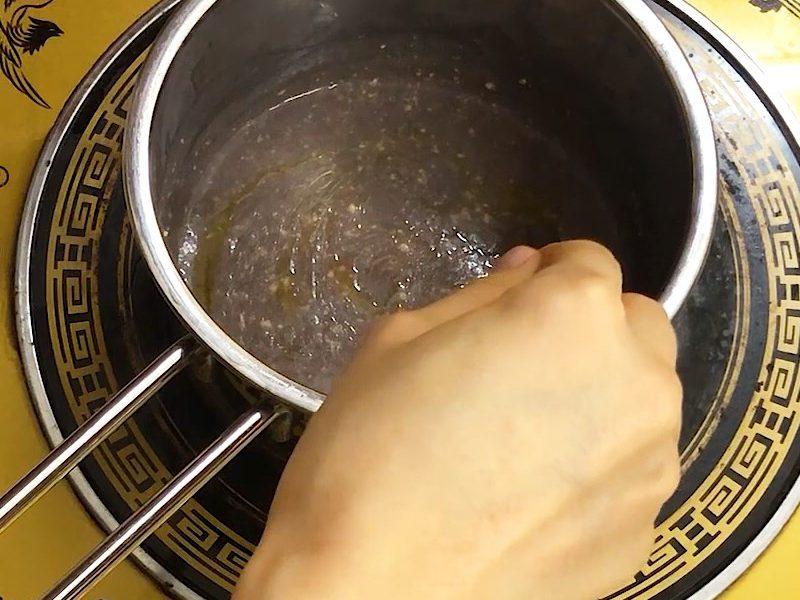 Cho lòng đỏ trứng gà và dầu ăn vào khuấy đều