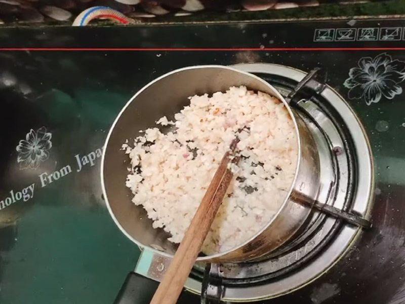 Phi thơm hành rồi cho thịt cá vào xào