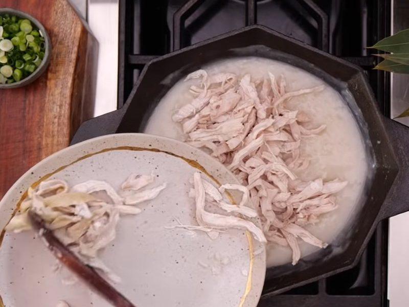 Cho gà vào nồi cháo nêm nếm lại rồi tắt bếp