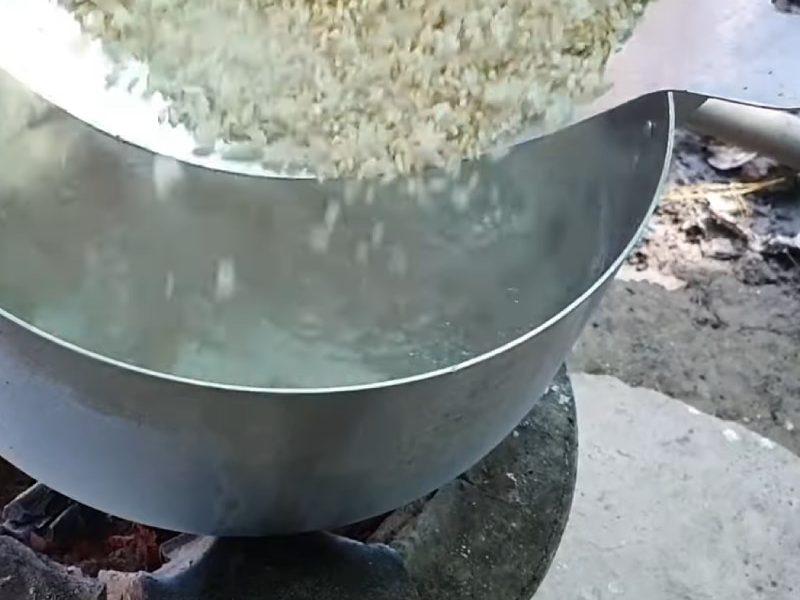 Cho phần gạo rang vào nồi